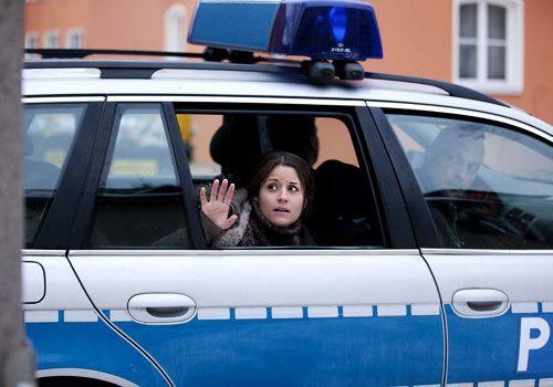 Bea wird von zwei Beamten direkt vor ihrem Haus verhaftet. In stundenlangen Verhören erhärtet sich der Verdacht gegen sie ... - Bildquelle: David Saretzki - Sat1