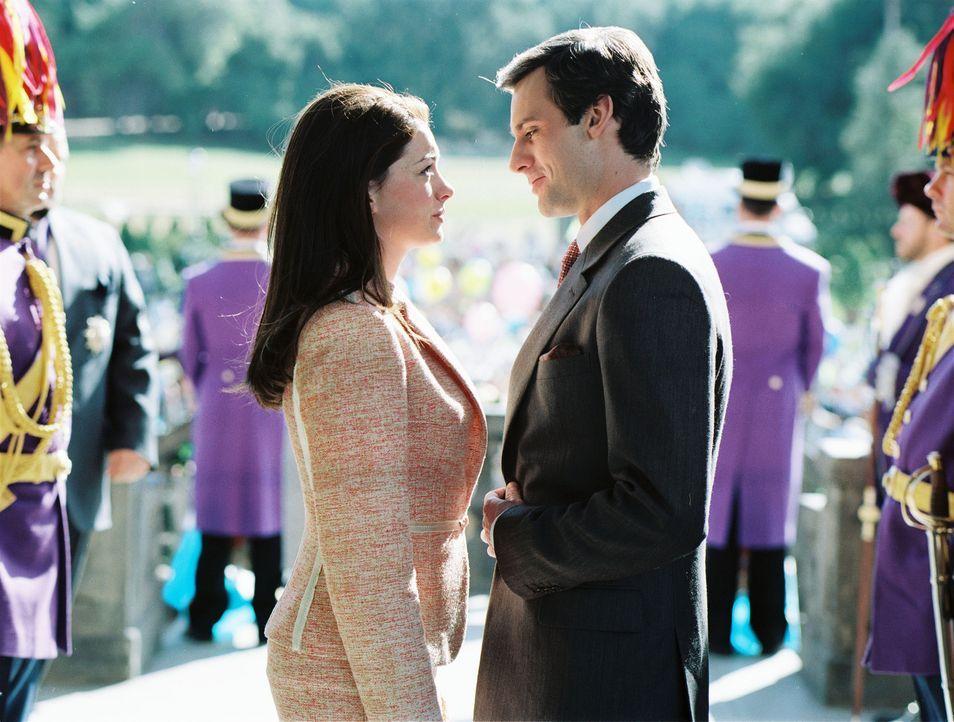 Mia (Anne Hathaway, l.) werden vier Wochen Zeit gegeben, um aus den adligen Junggesellen des Landes den Richtigen zu finden. Aber ist Andrew (Callum... - Bildquelle: Disney Enterprises, Inc. All rights reserved