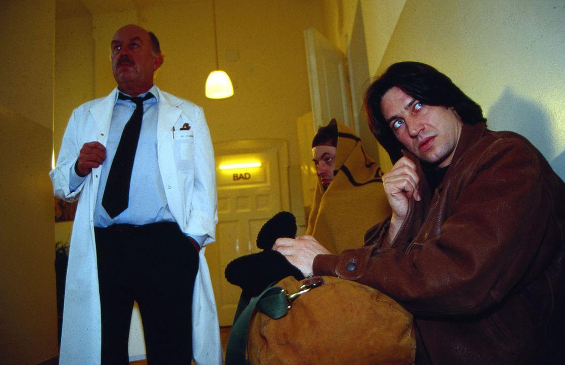 Auf mysteriöse Weise kommen in einer psychiatrischen Klinik mehrere Patienten zu Tode. Kommissar Moser (Tobias Moretti, r.) lässt sich als angeblich... - Bildquelle: Ali Schafler Sat.1