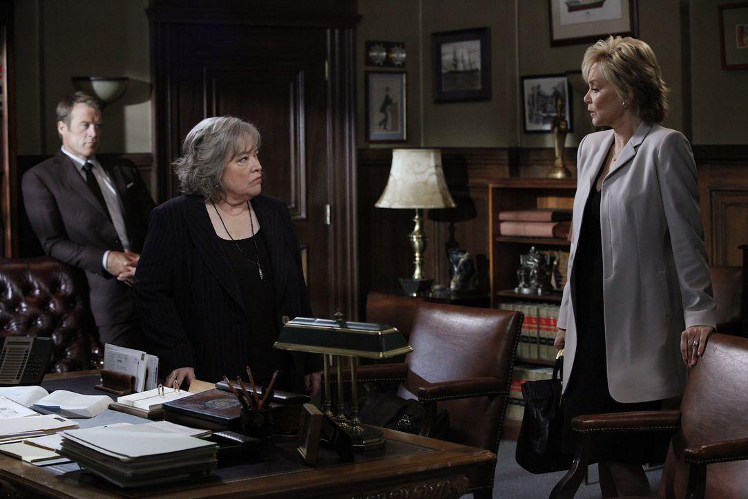Als Staatsanwältin Roseanna Remmick (Jean Smart, r.), mit unfairen Mittel versucht den Sanders-Fall zu gewinnen, müssen Harry (Kathy Bates, M.) un... - Bildquelle: Warner Bros. Television
