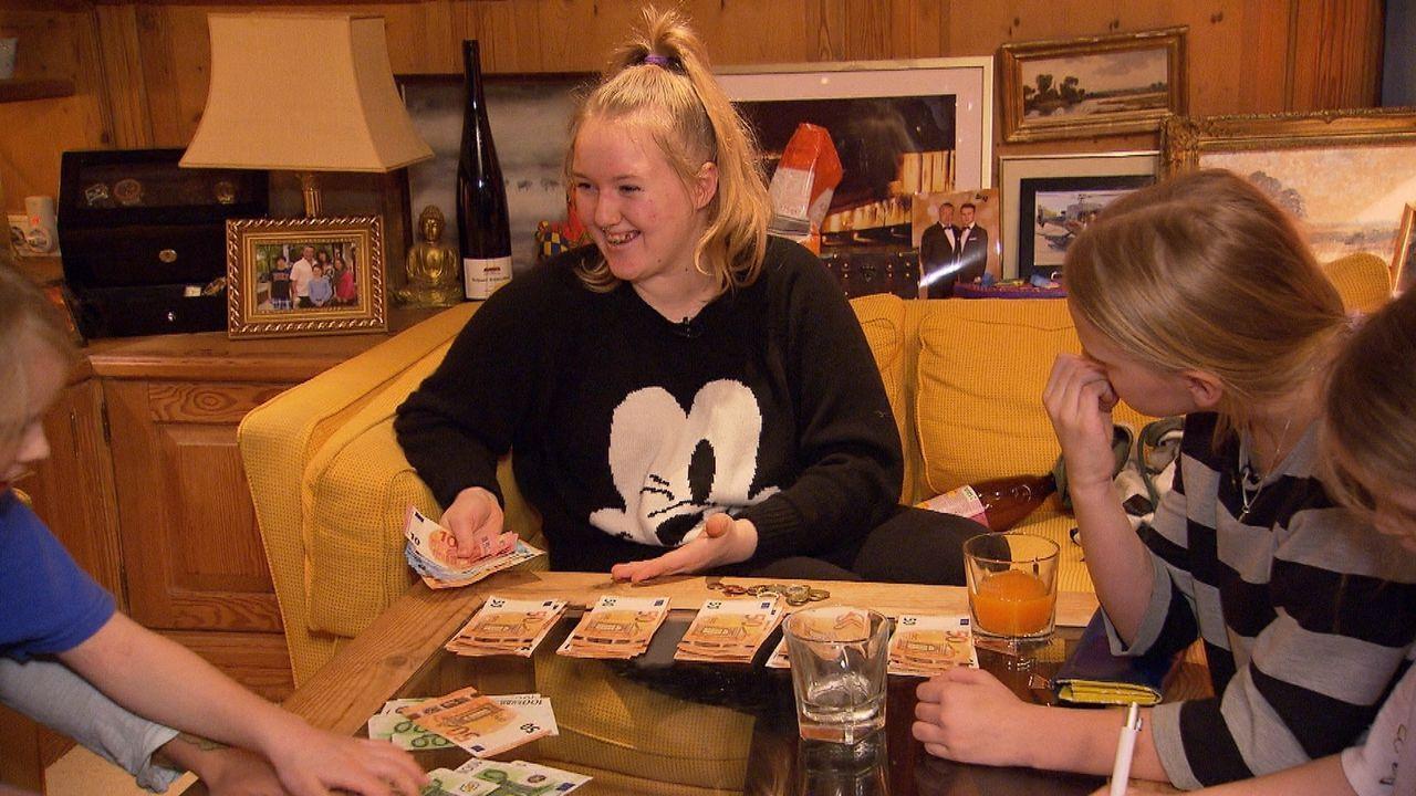 Chantal Bongé (M.) kann ihren Augen kaum trauen: Das normale Wochenbudget der Tauschfamilie beträgt mehrere Tausend Euro, die jetzt ihr, ihren Schwe... - Bildquelle: SAT.1