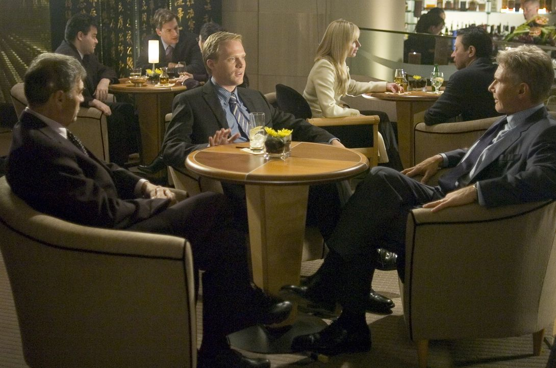 Jack Stanfield (Harrison Ford, r.) ist Sicherheitschef der Computer-Abteilung einer Großbank in Seattle. Nach einem Arbeitsessen mit seinem Kollegen... - Bildquelle: Warner Bros. Pictures