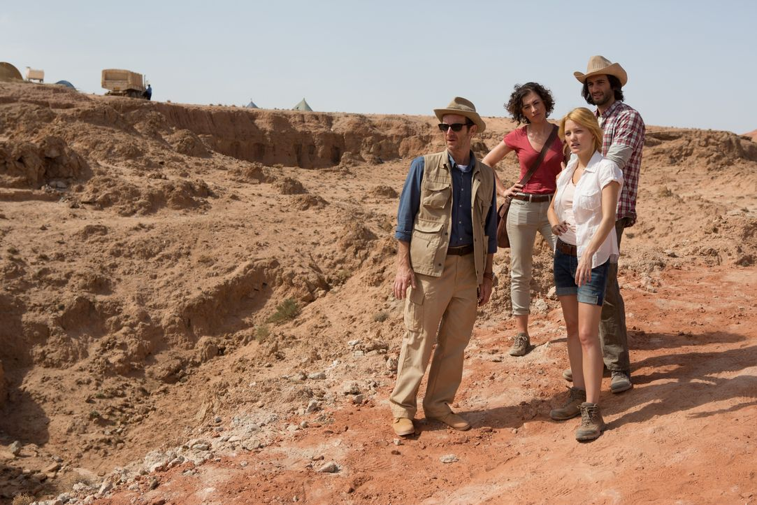 Das Team rund um den Archäologen Dr. Holden (Denis O'Hare, l.), Sunni (Christa Nicola, 2.v.l.), Nora (Ashley Hinshaw, r.) und Michael Zahir (Amir K,... - Bildquelle: Didier Baverel 2014 Twentieth Century Fox Film Corporation. All rights reserved.
