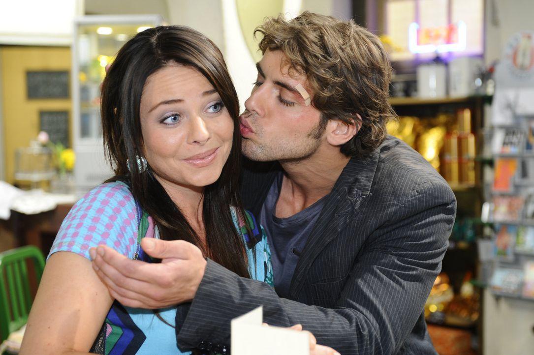 Jonas (Roy Peter Link, r.) ist unendlich erleichtert darüber, dass Anna nicht von Alexander schwanger ist und lässt das Paloma (Maja Maneiro, l.)... - Bildquelle: Sat.1