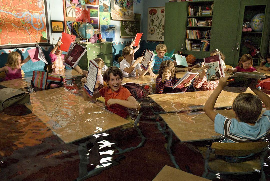Lili hat nur Blödsinn im Kopf. Mit Hilfe des Buches voller magischer Zaubersprüche heckt sie so manchen Streich aus und setzt sogar ihr Klassenzim... - Bildquelle: Marco Nagel Disney