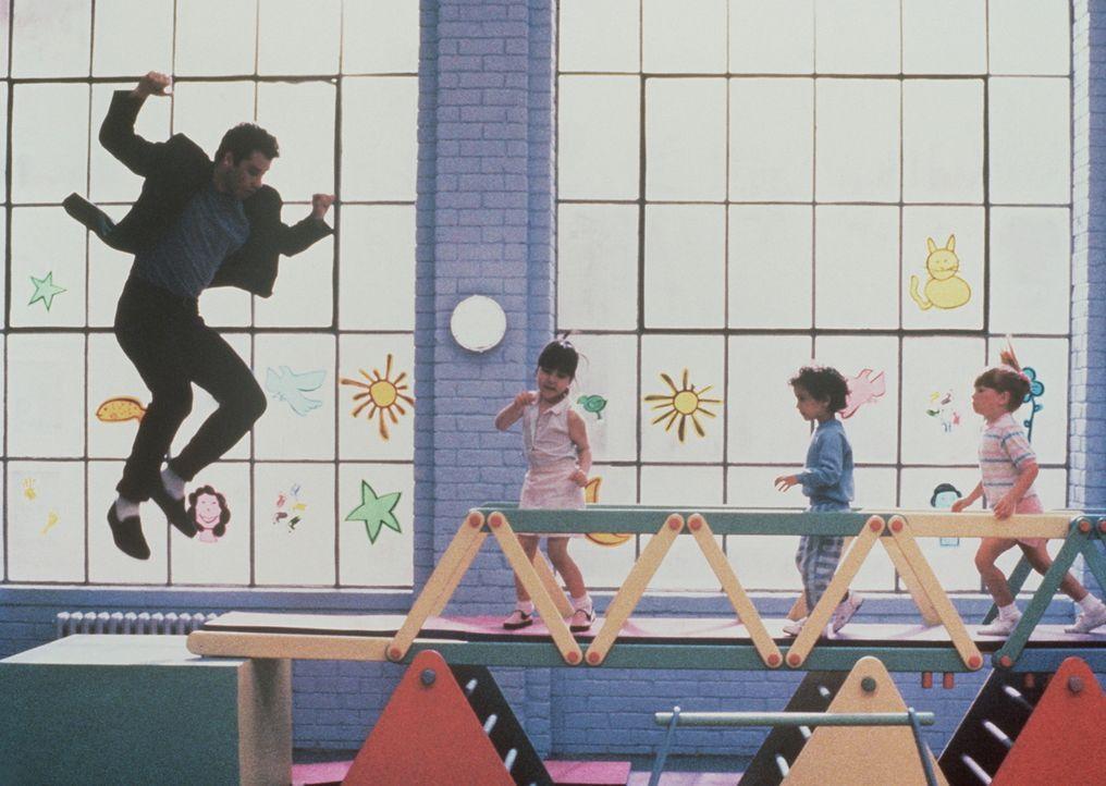 Highlife im Kindergarten: Taxifahrer James (John Travolta, l.) mischt die Kindergartenkinder mal ein bisschen auf. Und die finden, er ist noch ganz... - Bildquelle: TriStar Pictures