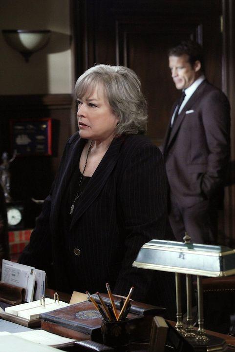 Arbeitet weiter am Sanders Fall: Harry (Kathy Bates) ... - Bildquelle: Warner Bros. Television