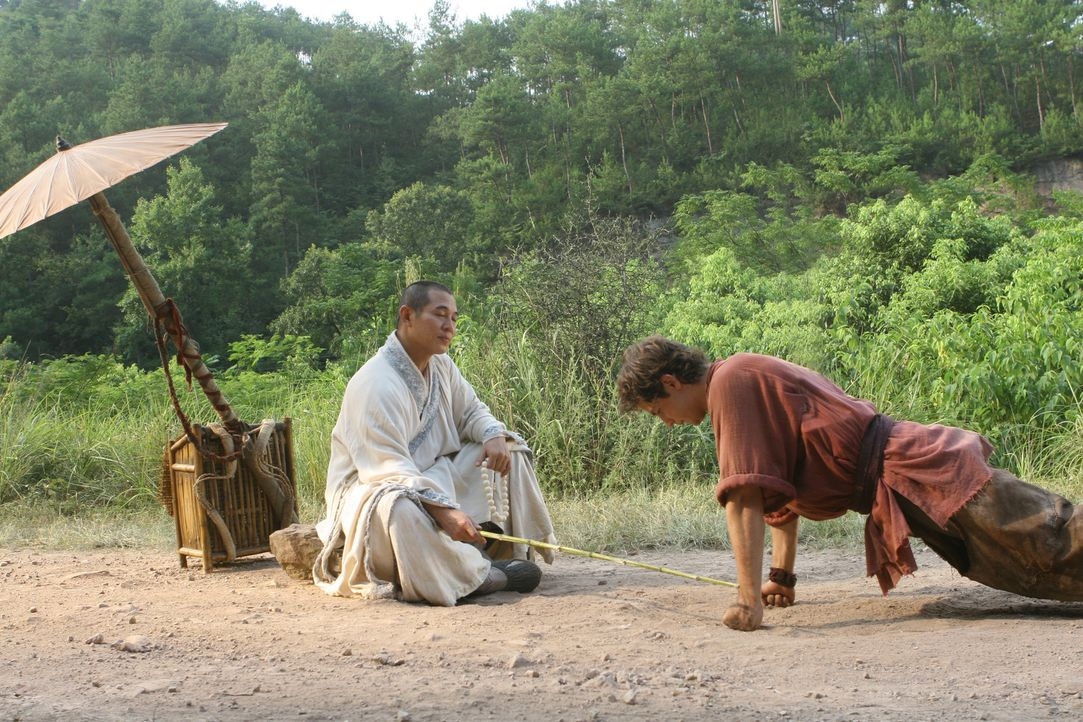 Als dem Mönch (Jet Li, l.) bewusst wird, wen er vor sich hat, tut er alles, um Jason (Michael Angarano, r.) auf seine wichtige Aufgabe vorzubereite... - Bildquelle: 2008 J&J Project LLC. ALL RIGHTS RESERVED.