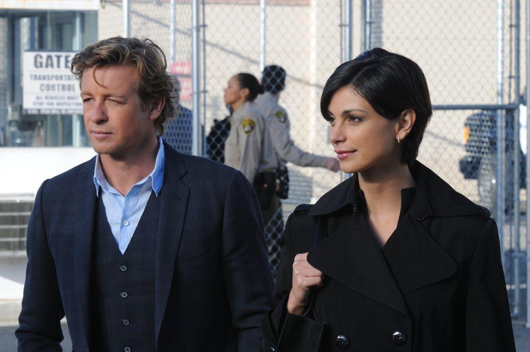 Patrick Jane (Simon Baker, l.)  erhält einen Anruf von der ehemaligen Partnervermittlerin Erica Flynn (Morena Baccarin, r.), die im Gefängnis sitz... - Bildquelle: Warner Bros. Television
