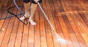 Holzdielen lieber nicht wie steinerne Terrassenplatten reinigen, sondern mit...