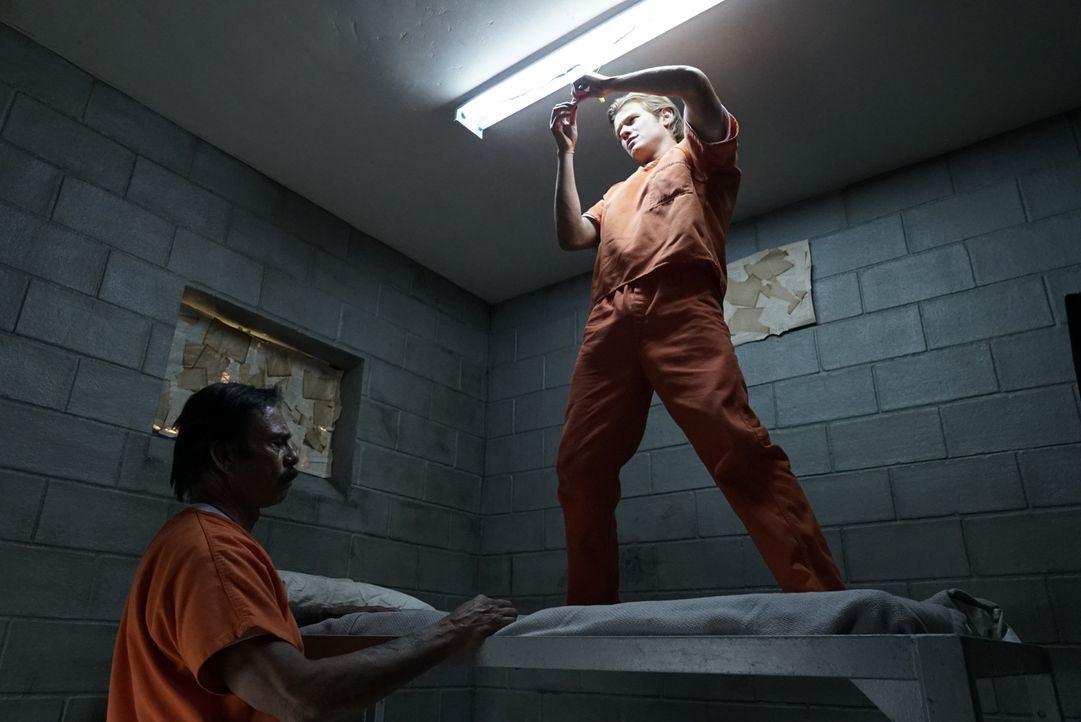 Undercover im Knast: MacGyver (Lucas Till, r.) ermittelt verdeckt, als Insasse eines Hochsicherheitsgefängnisses, um mit dem Drogenbaron El Noche (R... - Bildquelle: 2016 CBS Broadcasting, Inc. All Rights Reserved
