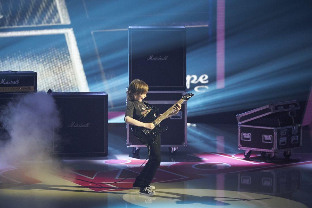 Wie ein Großer an der E-Gitarre. Doch reicht das Können von Dustin Tomsen für den Sieg? - Bildquelle: Stefan Hobmaier SAT.1