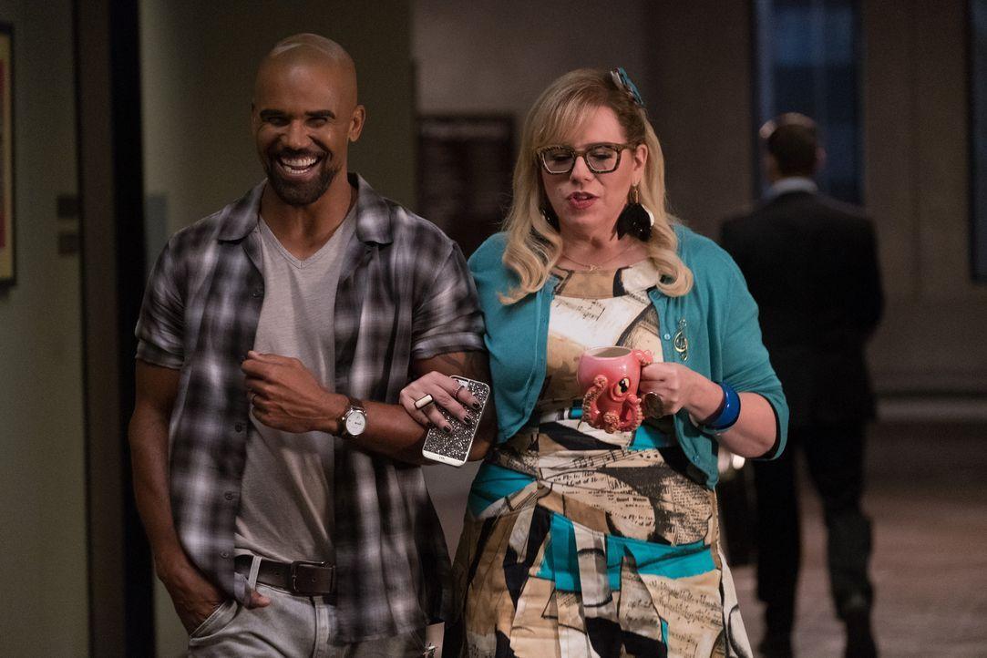 Derek (Shemar Moore,l.) versucht alles, um Garcia (Kirsten Vangsness, r.) für einen Augenblick aus dem Alltag und der schwierigen Situation zu befre... - Bildquelle: ABC Studios