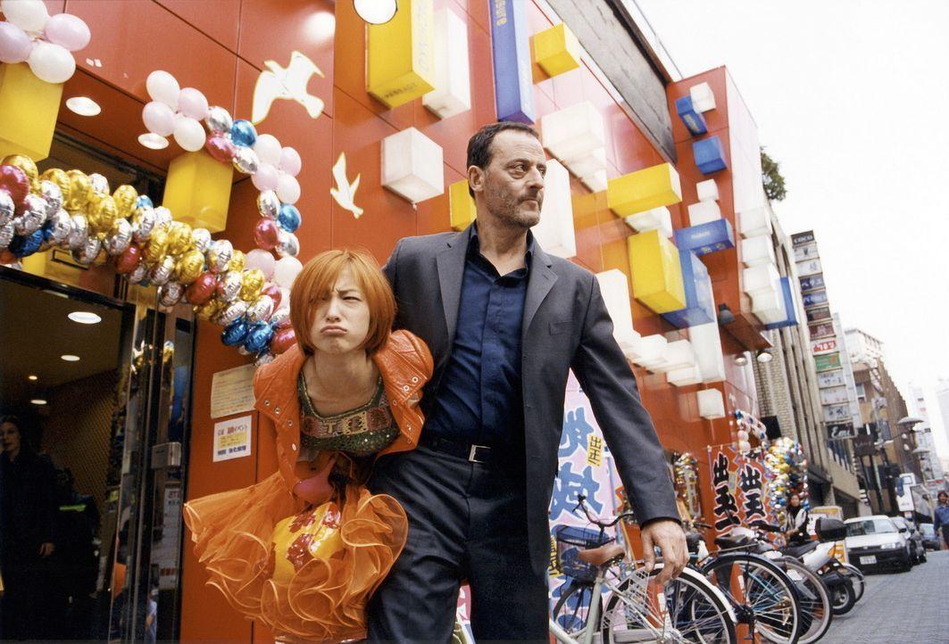 Nach 20 Jahren lernt Hubert (Jean Reno, r.) seine Tochter Yumi (Ryoko Hirosue, l.) kennen. Anfangs haben beide große Probleme miteinander, doch als... - Bildquelle: TOBIS - FILM