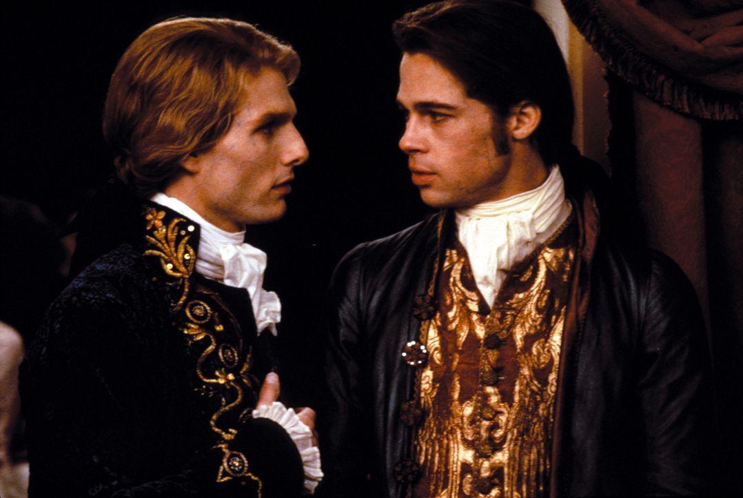 Lestat (Tom Cruise, l.) erweist sich als mörderischer Lehrer und Begleiter für den einstigen Plantagenbesitzer Louis (Brad Pitt, r.) ... - Bildquelle: Warner Bros.