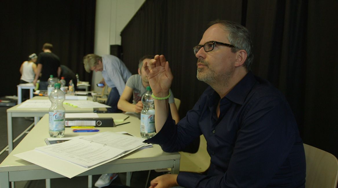 07_September_offizieler Probenbeginn- Probebu¦êhne-Autor u. Regisseur Gil Mehmert