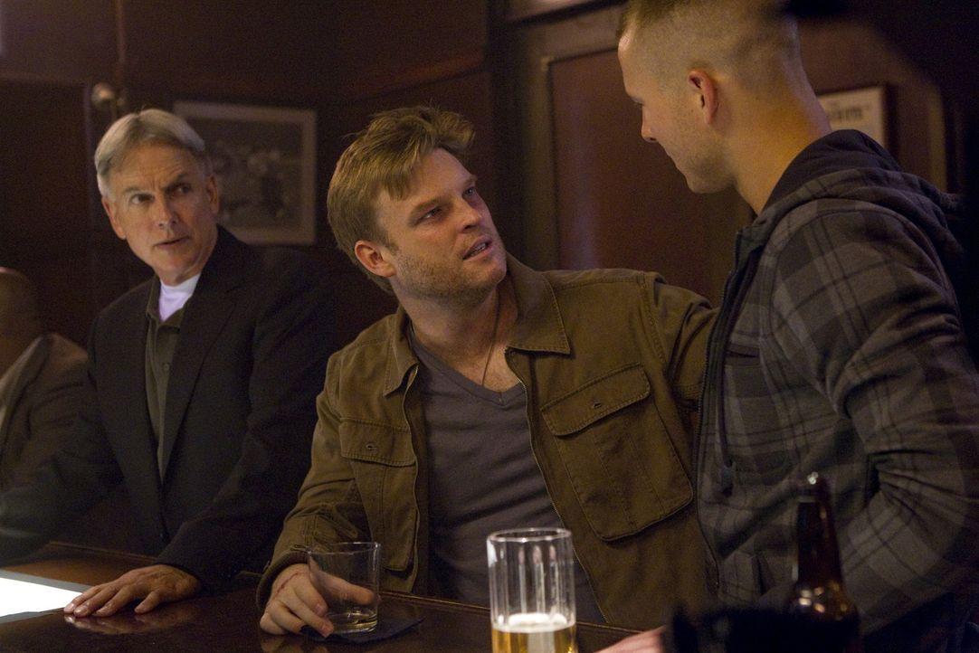 Gibbs (Mark Harmon, l.) arbeitet weiterhin mit Kapitän Wescott (Brad Beyer, M.) und hilft ihm, seine Vergangenheit zu rekonstruieren, um dem NCIS-Te... - Bildquelle: CBS Television