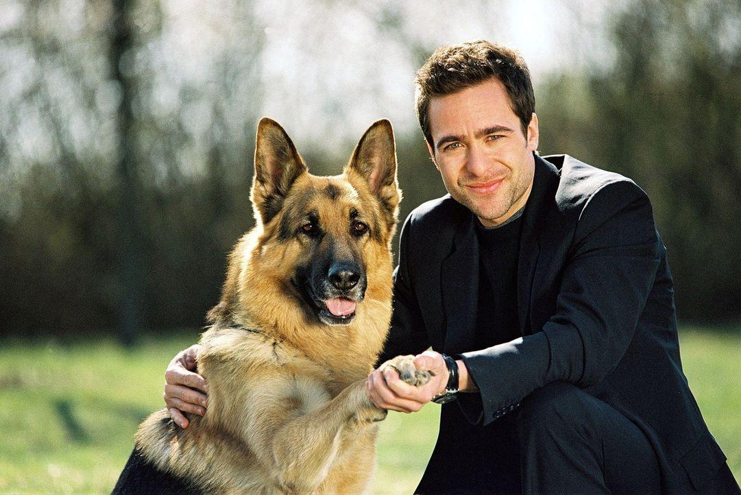 Marc Hoffmann (Alexander Pschill) ist stolz auf seinen vierbeinigen Kollegen. Rex hat gerade einen Tierquäler gestellt. - Bildquelle: Sat.1