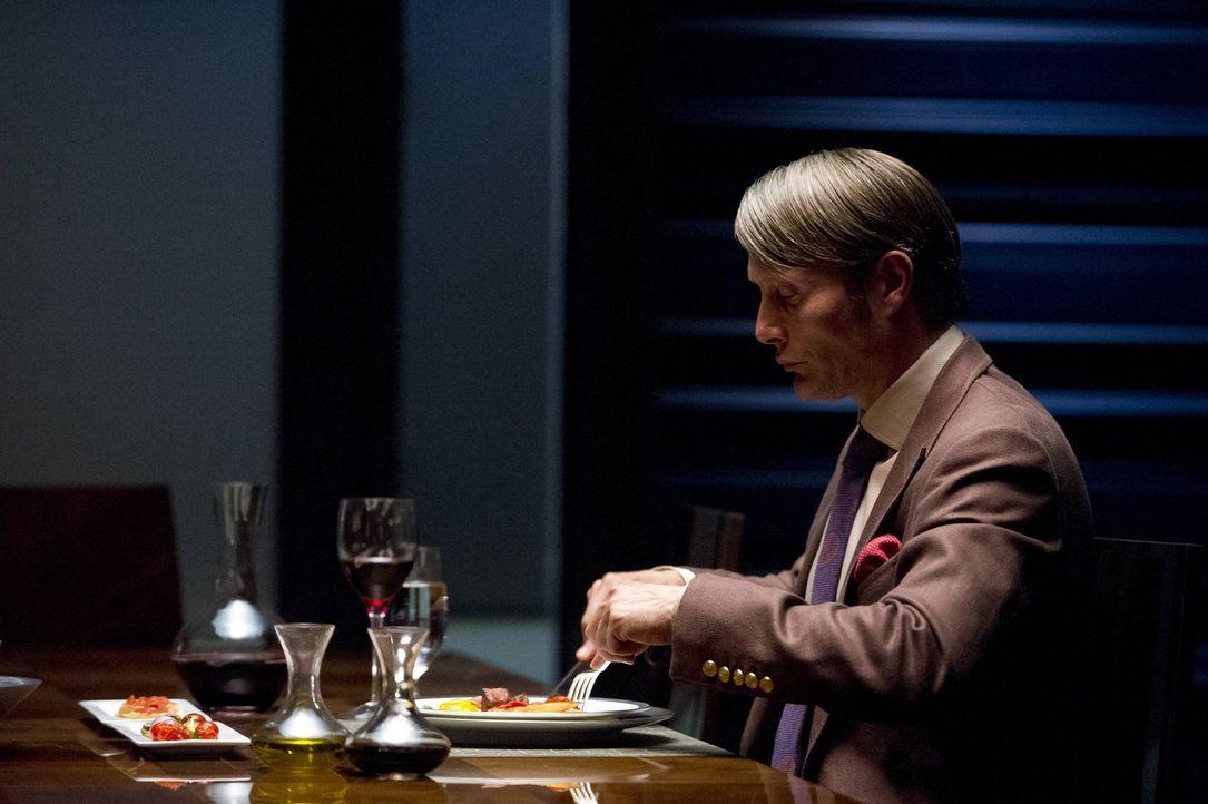 Er ist zivilisiert, intelligent und redegewandt und genau das, ermöglicht es dem Psychiater Dr. Hannibal Lecter (Mads Mikkelsen), ein Doppeleben zu... - Bildquelle: 2012 NBC Universal Media, LLC