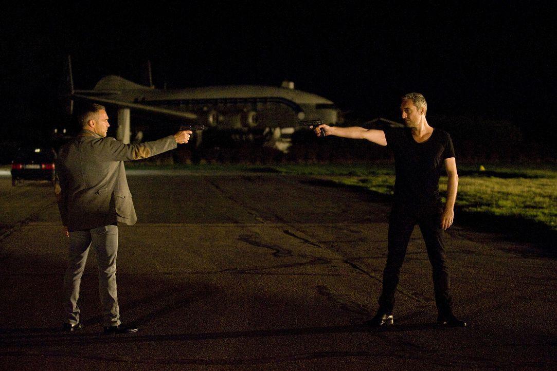 Rocher (Philippe Bas, l.) stellt sich Antoine Garrel (Benjamin Baroche, r.) entgegen, nachdem er herausgefunden hat, dass der Mann ein Straftäter is... - Bildquelle: 2015 BEAUBOURG AUDIOVISUEL