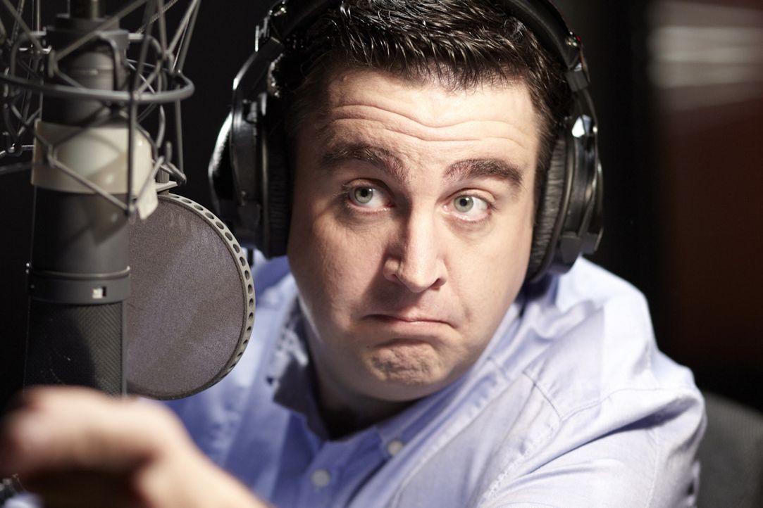 Bastian (Bastian Pastewka) hat eine wöchentliche Radio-Show im Kulturkanal WDR 5, doch versehentlich beleidigt er in der laufenden Sendung einen jun... - Bildquelle: Guido Engels SAT.1