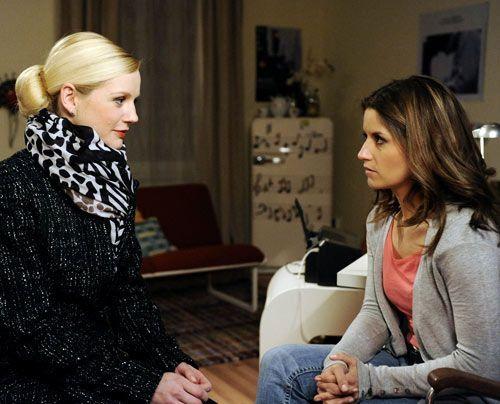 Bea ist geschockt, als sie erfährt, dass die Ehe zwischen Helena und Michael gescheitert ist, weil er sie betrogen hat ... - Bildquelle: Christoph Assmann - Sat1