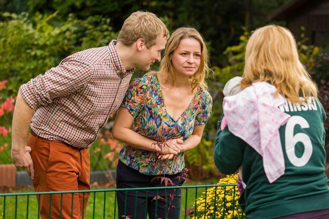 Danni (Annette Frier, r.) kann es nicht glauben, als plötzlich Tanja (Theresa Scholz, M.) und Thomas (Knud Riepen, l.) auf der Matte stehen, um etwa... - Bildquelle: Frank Dicks SAT.1