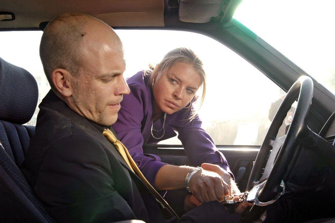 Katja (Karolina Lodyga, r.) versucht Gerrit (Lars Löllmann, l.) aus dem brennenden Auto zu befreien ... - Bildquelle: Sat.1