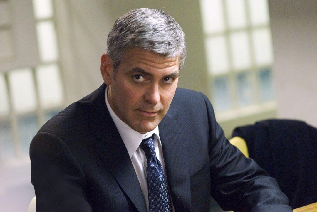 Während Karen verzweifelt versucht, die Beweise gegen die von ihr vertretenen Firma zu vertuschen, weiß Michael (George Clooney) nicht mehr, an wen... - Bildquelle: Constantin Film Verleih GmbH