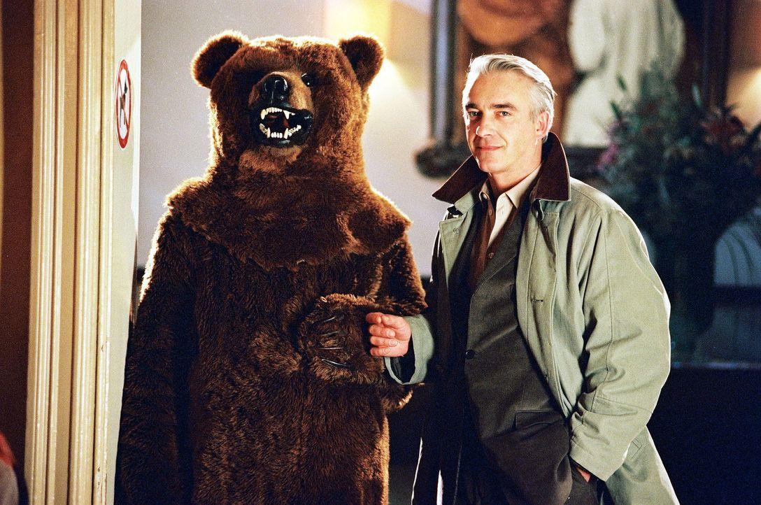 Otto (Hasan Ali Mete, l.) hat ein neues Geschäftsfeld aufgetan. Er möchte in einem Bärenkostüm durch die Kneipen ziehen und sich als Liebesbote... - Bildquelle: Spitz Sat.1