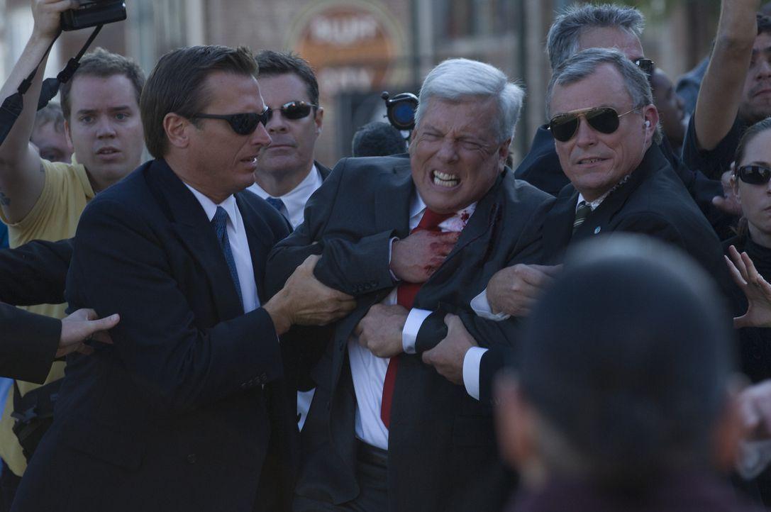 Ein Attentat auf den US-Präsidenten (Scott Williamson, M.) nehmen die USA zum Anlass für eine Bombardierung Venezuelas. Die Journalistin Rachel Ar... - Bildquelle: 2008 Nothing but the Truth Productions, LLC.