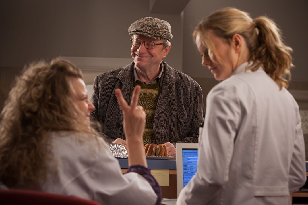 Haben einen Heidenspaß mit dem Kuchen: (v.l.n.r.) Frau Wunder (Carolin Spieß), Dr. Harry Hansen (Gerhard Garbers) und Nina (Stefanie Stappenbeck)... - Bildquelle: Conny Klein SAT.1
