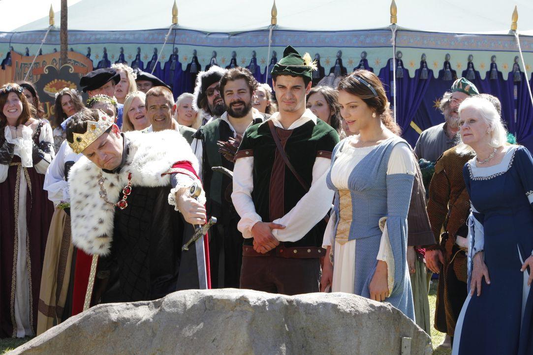 Während Paige (Katharine McPhee, vorne r.) es genießt, dass ihr König Phillip (Brandon Barash, vorne l.) auf dem Mittelalterfestival den Hof macht,... - Bildquelle: Bill Inoshita 2017 CBS Broadcasting, Inc. All Rights Reserved.