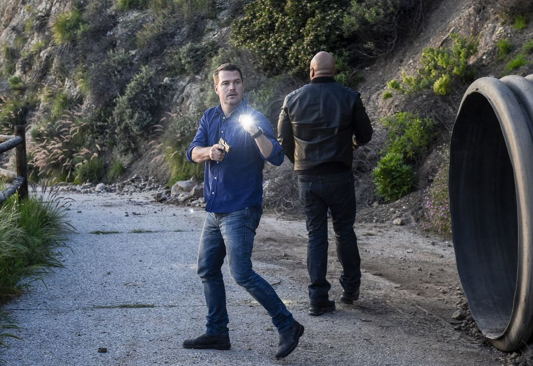 Als ein Navy Captain einen Mitarbeiter der Veteranenbehörde entführt, beginnt für die Special Agents Callen (Chris O'Donnell, l.) und Hanna (LL Cool... - Bildquelle: 2017 CBS Broadcasting, Inc. All Rights Reserved