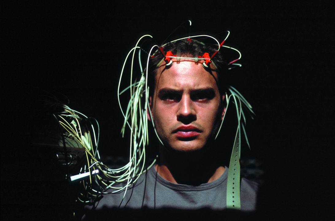 Im Vorfeld des Experiments muss sich Tarek (Moritz Bleibtreu) verschiedenen physischen und psychischen Tests unterziehen. Sein Problem mit dunklen u... - Bildquelle: SENATOR FILM Alle Rechte vorbehalten