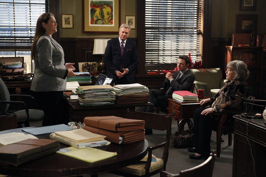Da Willie ohne Zulassung als Arzt praktiziert, muss er sich vor Gericht verantworten. Harriet (Kathy Bates, r.), Adam (Nathan Corddry, 2.v.r.) und T... - Bildquelle: Warner Bros. Television