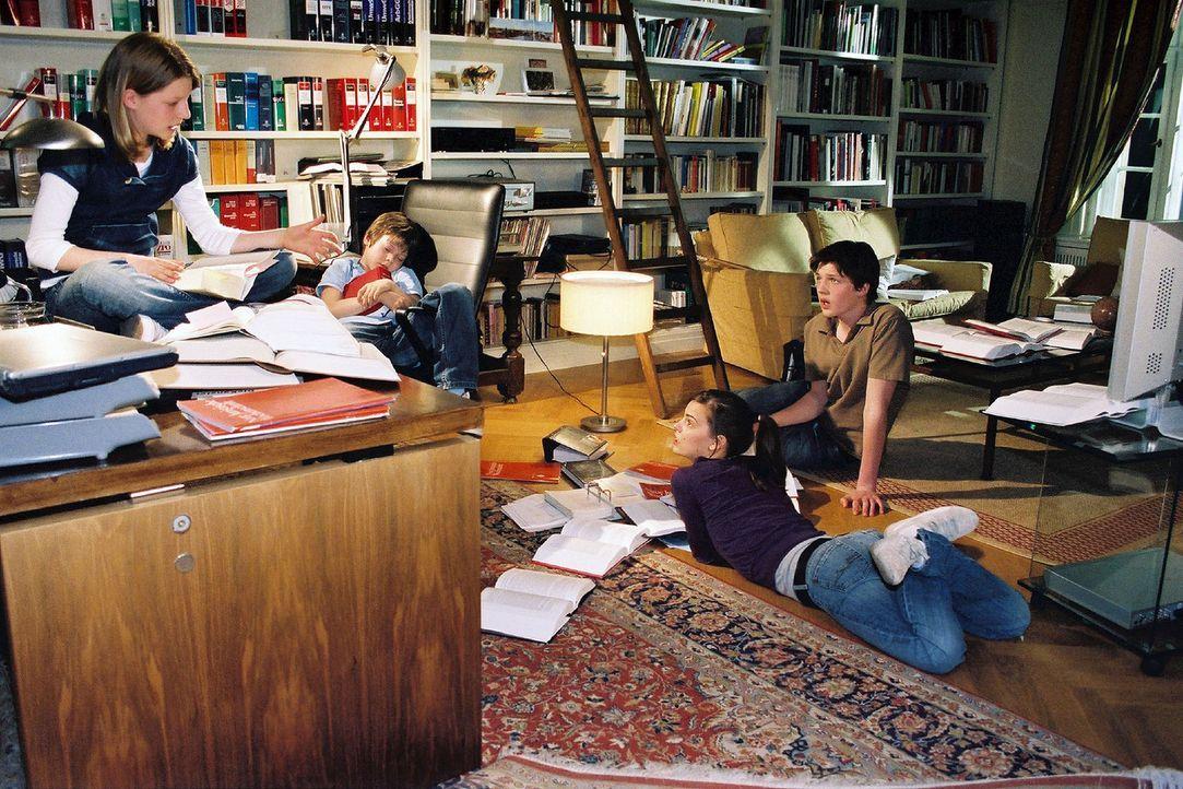 Nachdem sie von den Heiratsplänen ihres Vaters erfahren haben, sind sich die vier Windscheid-Kinder Janina (Karla Spirandelli, l.), Benny (Paul Zerb... - Bildquelle: Sat.1