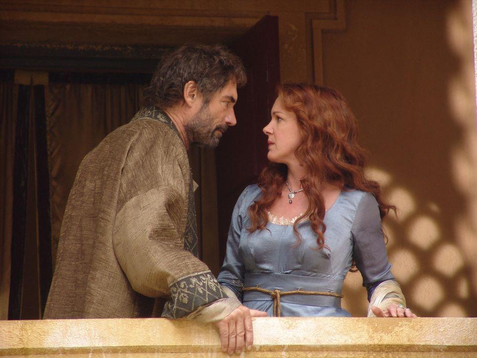 Eines Tages muss König Amphitryon (Timothy Dalton, l.) erfahren, dass seine Gattin Alkmene (Elizabeth Perkins, r.) eine Nacht in den Armen eines an... - Bildquelle: Ken George Hallmark Entertainment