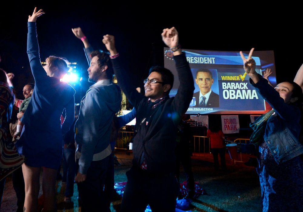 Obama-Fans jubeln lautstark auf der 'Park Your Politics' party im Grand Park in Downtown Los Angeles. - Bildquelle: dpa - Bildfunk +++ Verwendung nur in Deutschland