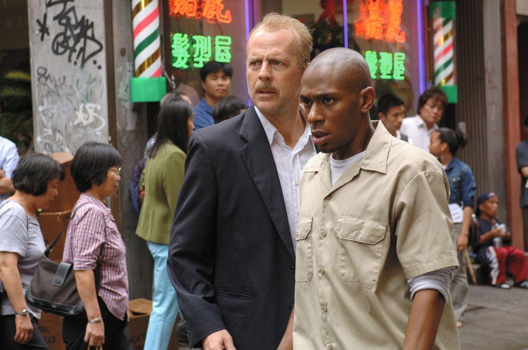 Der übermüdete und verkaterte Polizist Jack Mosley (Bruce Willis, r.) ist absolut nicht in der Stimmung, den Kriminellen Eddi Bunker (Mos Def, l.)... - Bildquelle: Nu Image
