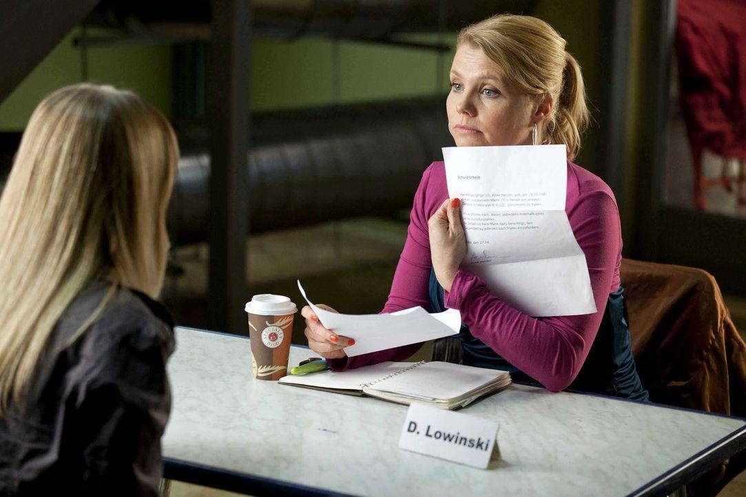 Ein neuer Fall wartet auf Danni (Annette Frier, r.), doch kann sie ihrer Mandantin Anne (Jasmin Schwiers, l.) wirklich helfen? - Bildquelle: Frank Dicks SAT.1