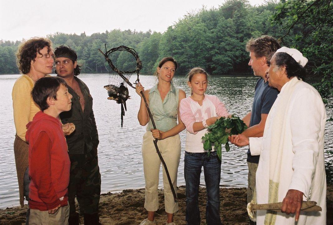 Tom (Jörg Schüttauf, 2.v.r.) staunt nicht schlecht: Ausgerechnet Michaela (Nina Kronjäger, M.) hat einen Fisch gefangen! Oskar (Martin Stührk, l... - Bildquelle: Oliver Ziebe Sat.1