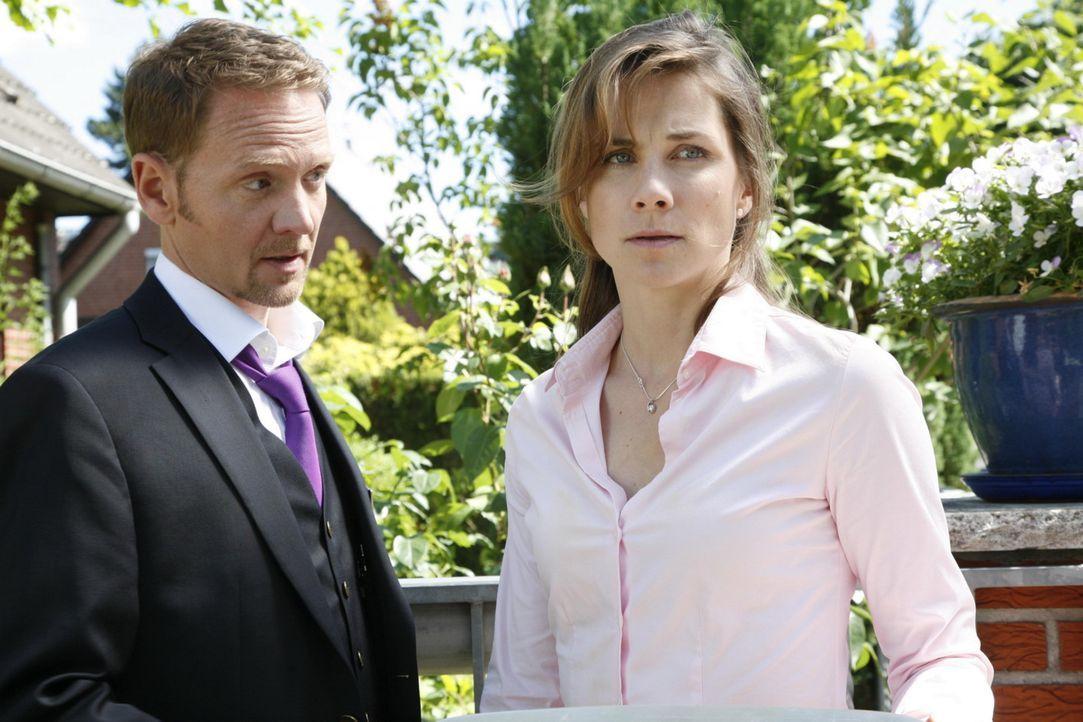 Carlo (Mathias Kahler-Polagnoli, l.) kümmert sich liebevoll um Karin (Birge Funke, r.), die nach wie vor ein nervliches Wrack ist, während Manu To... - Bildquelle: SAT.1
