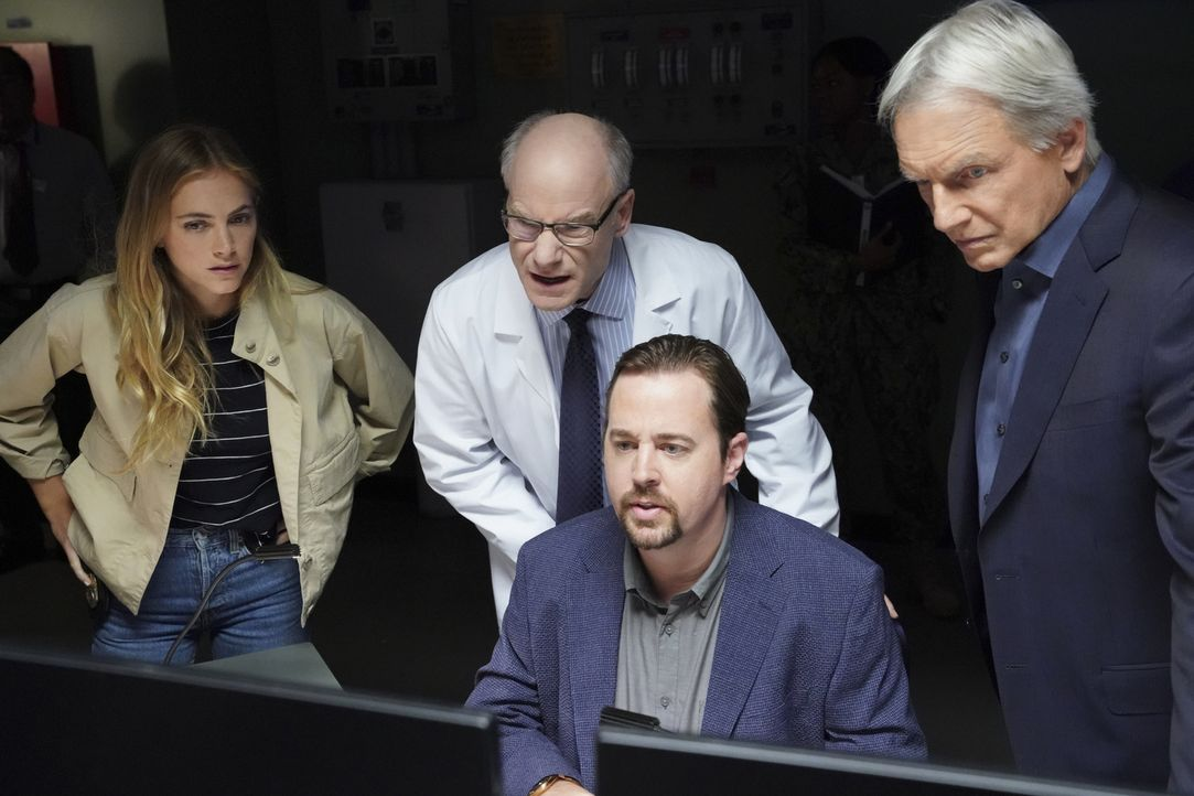 (v.l.n.r.) Ellie Bishop (Emily Wickersham); Dr. Farrel Emerson (Jim Meskimen); Timothy McGee (Sean Murray); Leroy Jethro Gibbs (Mark Harmon) - Bildquelle: Monty Brinton 2018 CBS Broadcasting, Inc. All Rights Reserved/Monty Brinton