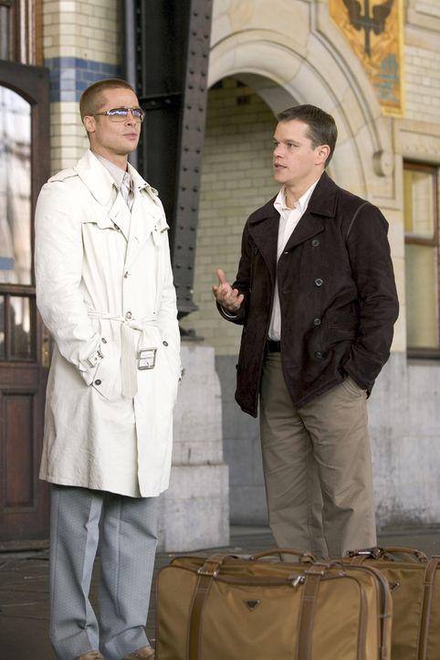 Helfen Danny Ocean, seinen schier undurchführbaren Plan umzusetzen: Rusty (Brad Pitt, l.) und Linus (Matt Damon, r.) ... - Bildquelle: Warner Bros. Television
