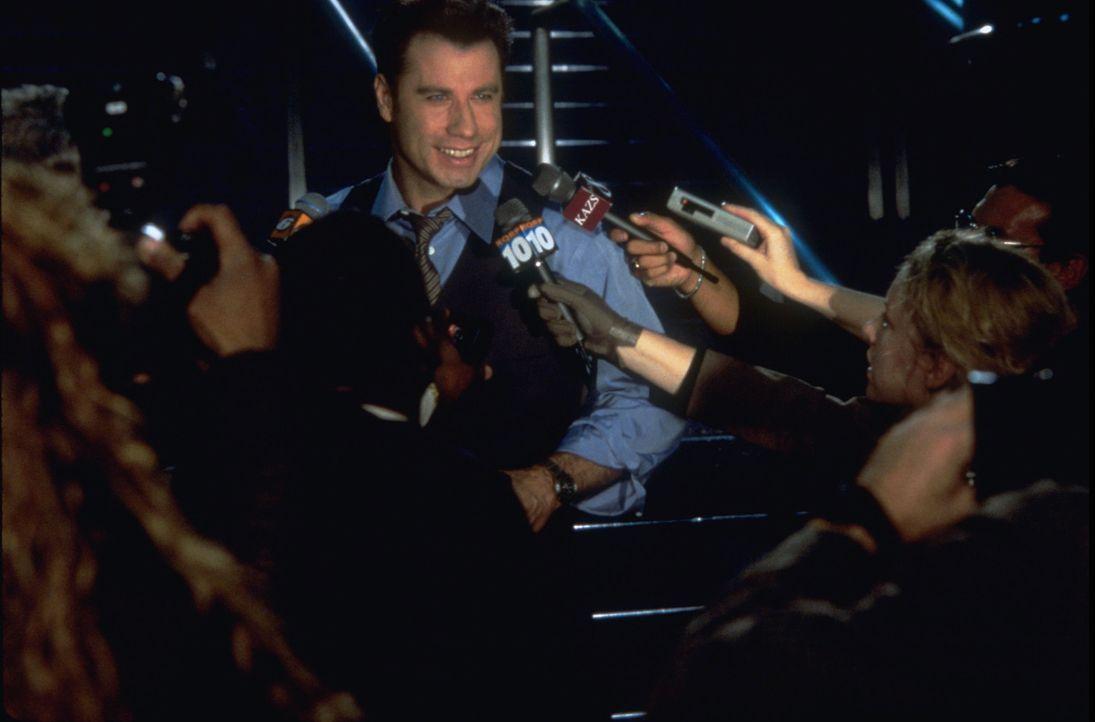 Voller Wut muss FBI-Agent Sean Archer im Gefängnis erleben, wie sich der Terrorist Castor Troy (John Travolta), der sich in seinem Körper befindet... - Bildquelle: Touchstone Pictures