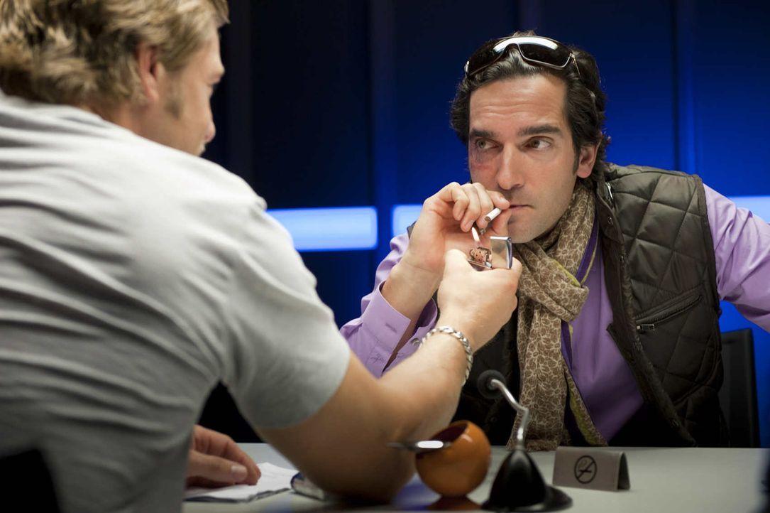 Im Zuge der Ermittlungen stößt Mick (Henning Baum, l.) auf den undurchsichtigen Italiener Fabio (Thomas M. Held, r.), der eine haarsträubende Ges... - Bildquelle: SAT.1