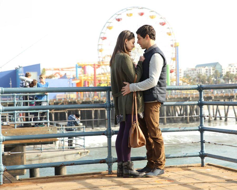 Ahnen nicht, dass sich ihr Leben bald schlagartig ändern wird: Nicole (Phoebe Tonkin, l.) und Dave (Michael Rady, r.) ... - Bildquelle: Warner Bros. Entertainment, Inc.