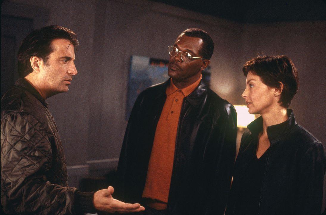 Der Polizeipräsident John Mills (Samuel L. Jackson, M.) hat entschieden, dass Jessica (Ashley Judd, r.) bei den Ermittlungen als Lockvogel dienen s... - Bildquelle: Paramount Pictures