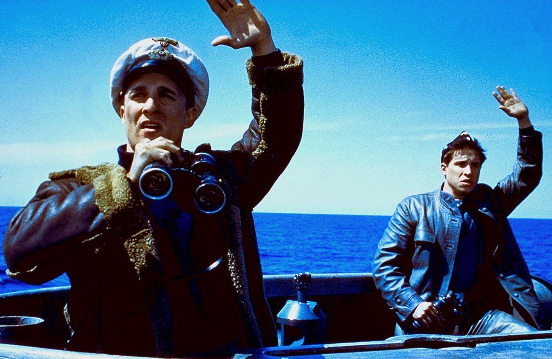 Lt. Andrew Tyler (Matthew McConaughey, l.) und Mazzola (Erik Palladino, r.) gelingt es, das gegnerische U-Boot als Deutsche verkleidet zu entern und... - Bildquelle: 2000 Universal Pictures. All Rights Reserved